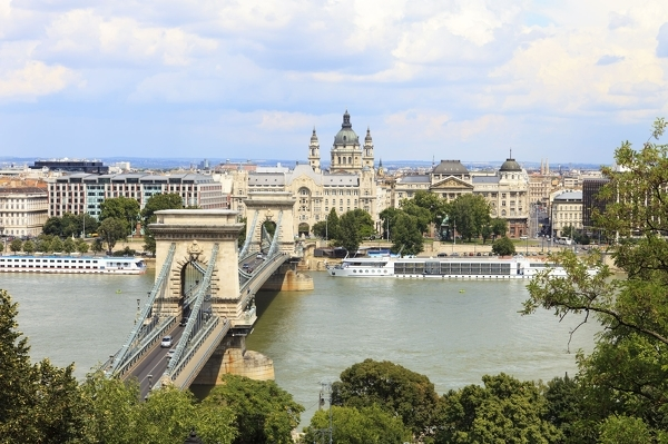 Kettenbrücke und Parlamentsgebäude an der Donau