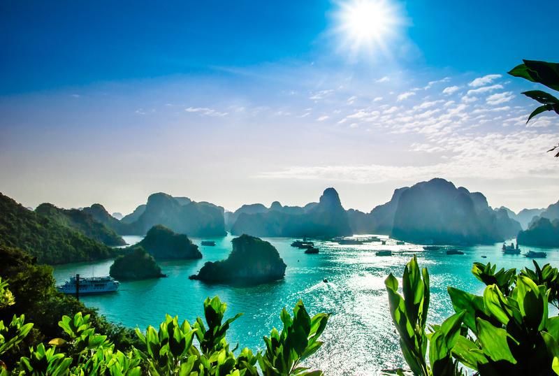 Karstlandschaft in der Ha-Long-Bucht im Nordosten Vietnams