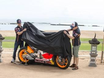 Marc Márquez y Dani Pedrosa con su Honda RC213V 2015 - Repsol Honda - Motorbike Magazine