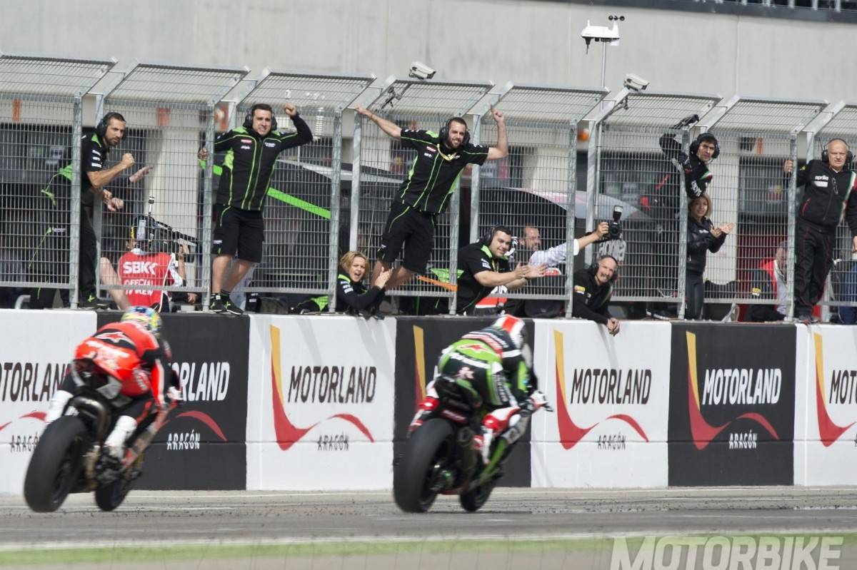 Jonathan Rea Chaz Davies WSBK 2015 Motorland mbk04 - Motorbike Magazine