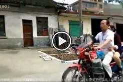 Hombre ciego llevando una moto 00