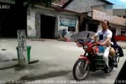 Hombre ciego llevando una moto 01