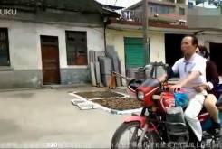 Hombre ciego llevando una moto 02