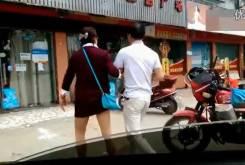 Hombre ciego llevando una moto 05