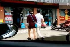 Hombre ciego llevando una moto 06
