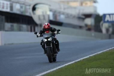 En sexta y ¡cortando encendido!. El fotógrafo captó el momento en el que la Triumph Street Trople RS estaba dándolo todo en Montmeló.
