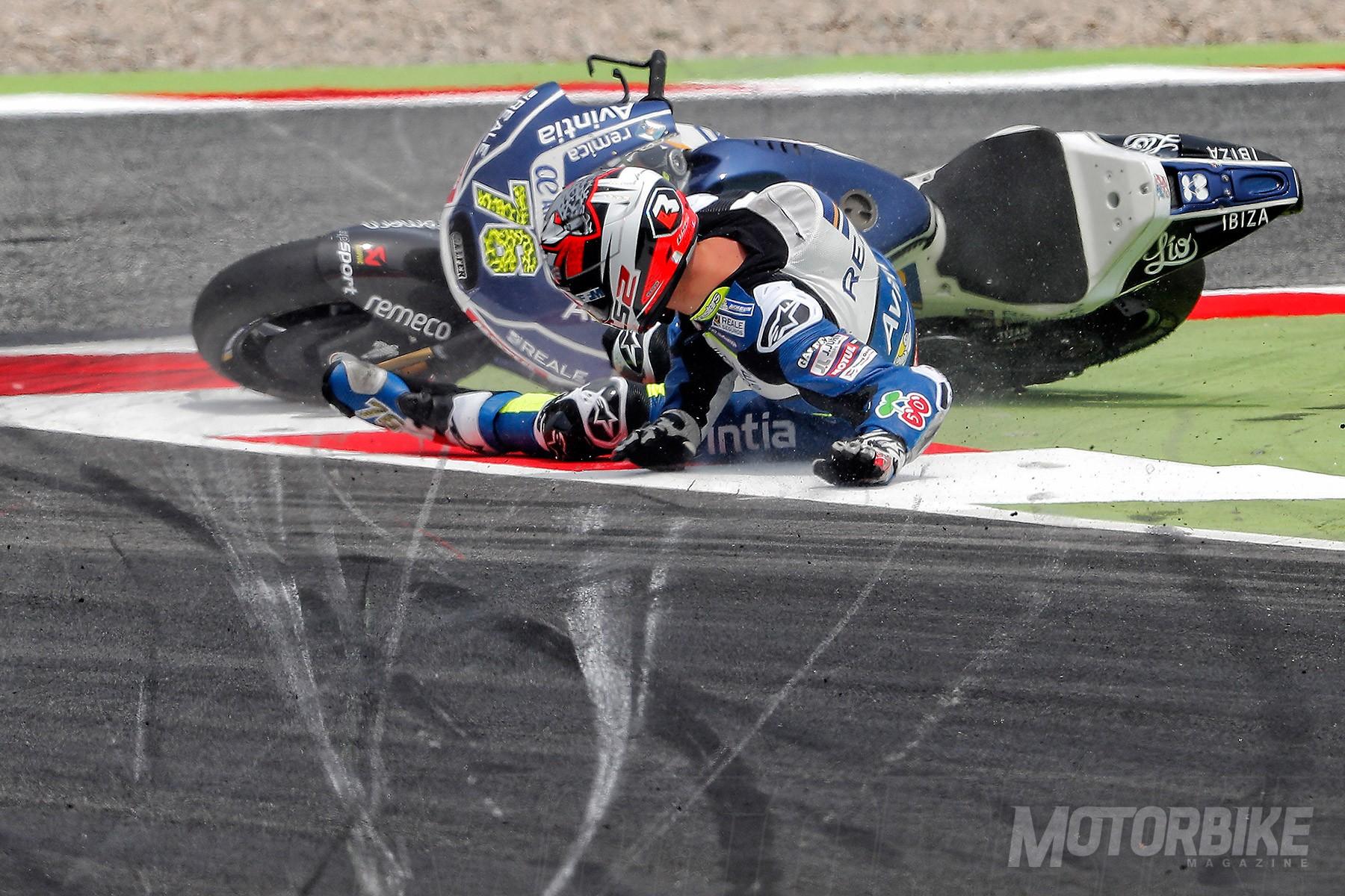 Esta imagen es un claro ejemplo de cómo, tras una caída las motos vuelven a pista, con el peligro que eso conlleva.
