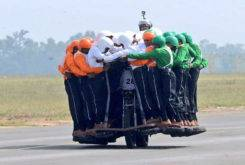 record 58 personas moto india 35