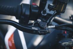 KTM 890 Duke R 2020 detalles 34