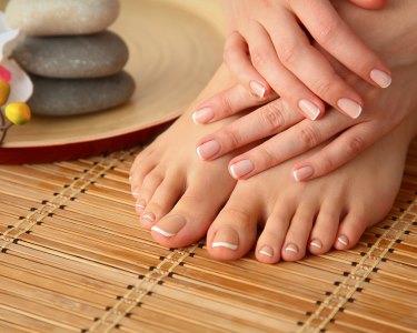 Manicure & Pedicure Completas c/ Verniz Tradicional | 1 Hora | Qta. do Conde