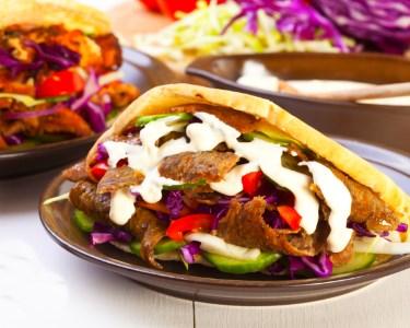 Sabores Exóticos! Kebabs & Garrafa de Vinho para Dois