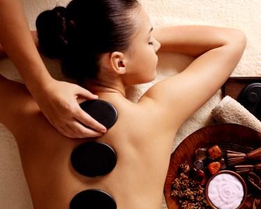 Esfoliação Corporal & Massagem de Pedras Quentes | 2 Locais