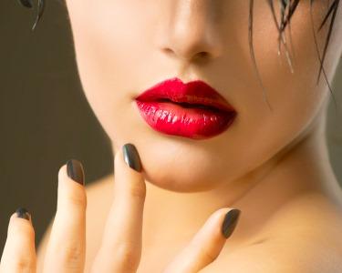 Glamour Nails na SUITE 107! Manicure e Pedicure c/ Verniz ESSIE + Depilação Buço