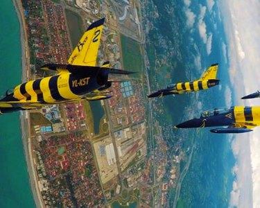 Pelos Céus de Riga! Voo Acrobático em Caça com a Jet Display Team