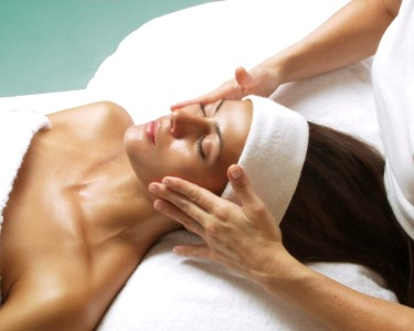 Luxury Facial by Holmes Place Spa - Especial Mulher! 30 Min. |  13 Locais