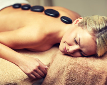 Massagem de Corpo Inteiro à Escolha   Geotermal ou 4 Mãos    Laura Souto Medical Spa