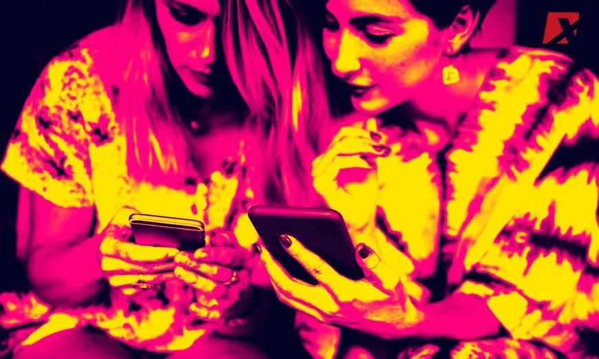 girls-share-phone