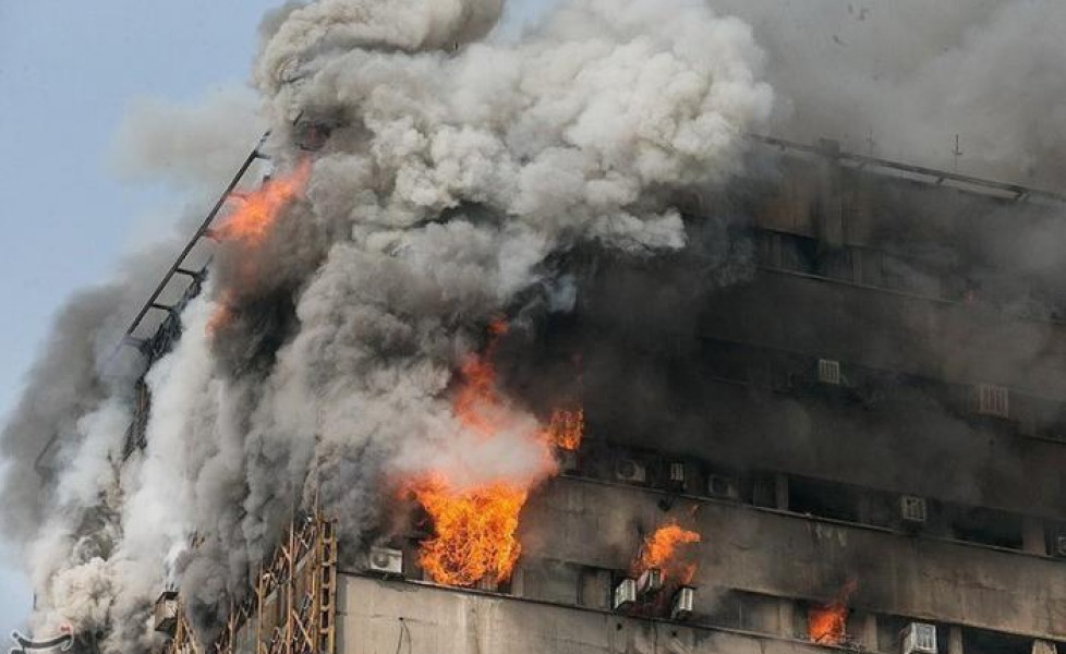 Teheran, grattacielo crolla dopo incendio: 30 morti