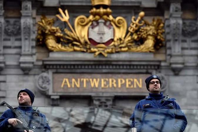 Belgio, auto tenta di travolgere folla ad Anversa: un arresto