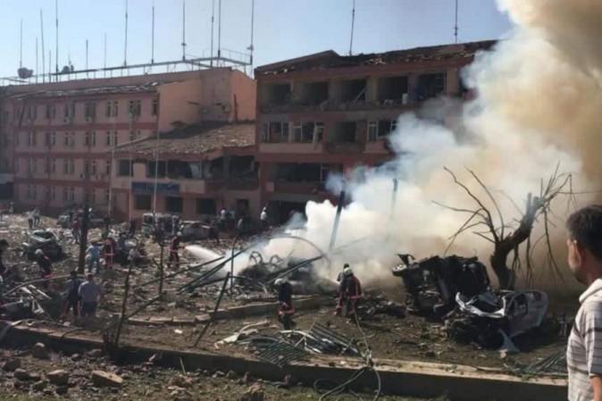 VIDEO Turchia, autobomba contro stazione di polizia