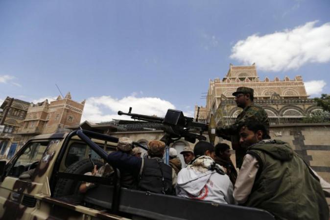 Yemen, elicottero militare bombarda nave di profughi: decine di morti
