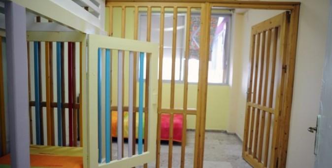 Bambini disabili in gabbia