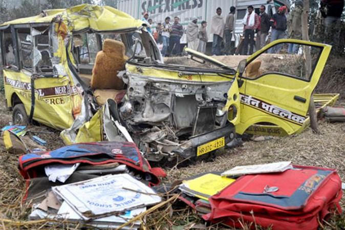 India, scontro fra camion e scuolabus: morti 15 bimbi