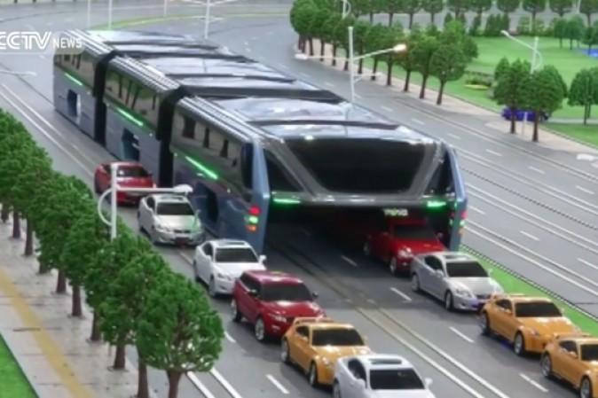 Dalla Cina il bus del futuro che passa sopra le auto