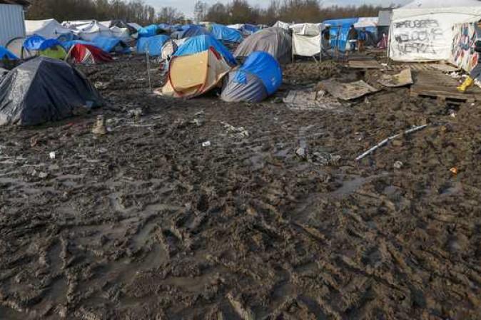 Incendio devasta campo migranti nel nord della Francia: forse causato da scontri