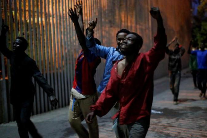 Ceuta: 800 migranti vengono in Europa assaltando il muro COMMENTA