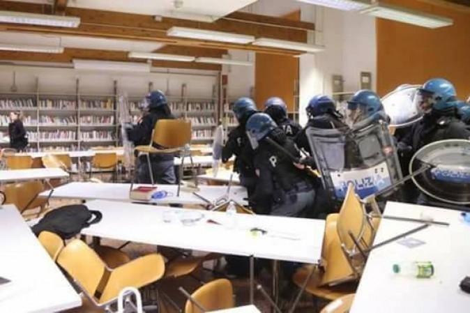 Caos e scontri all'Università di Bologna: la polizia carica studenti dentro l'Ateneo