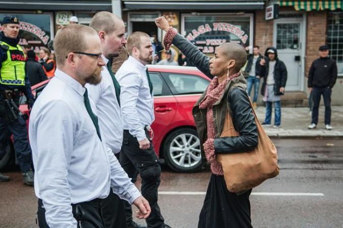 Svezia, Sola contro 300 neonazisti