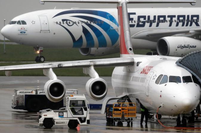Volo EgyptAir scomparso, avanza pista terrorismo: inquirenti francesi al Cairo