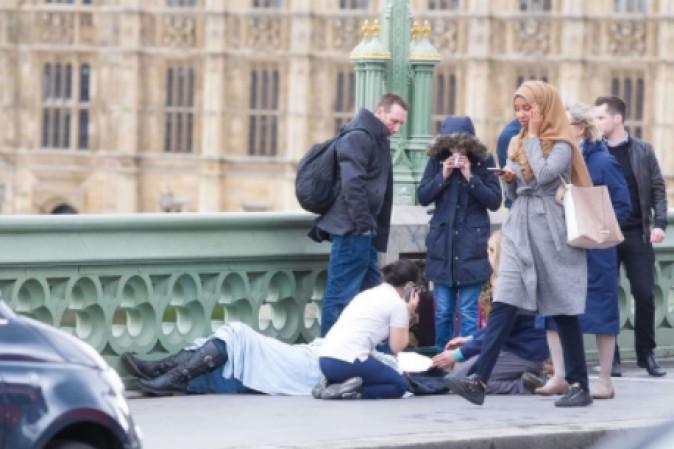 Risultati immagini per donna con ilvelo nell'attentato di londra