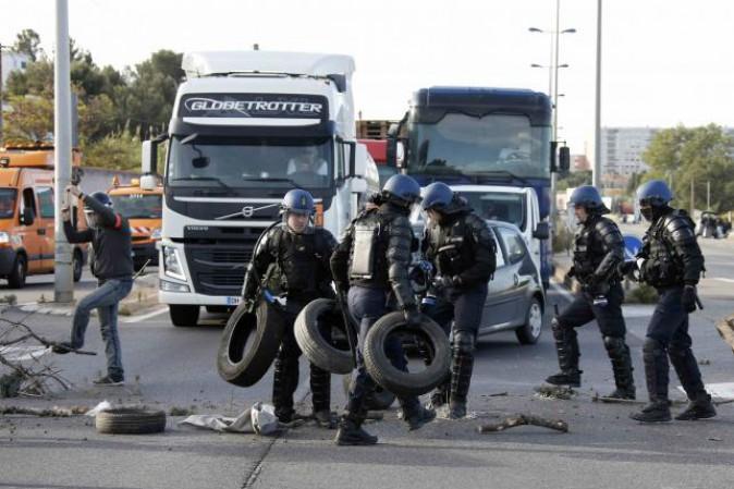 Francia: crisi carburanti per sciopero raffinerie, protesta contro riforma lavoro