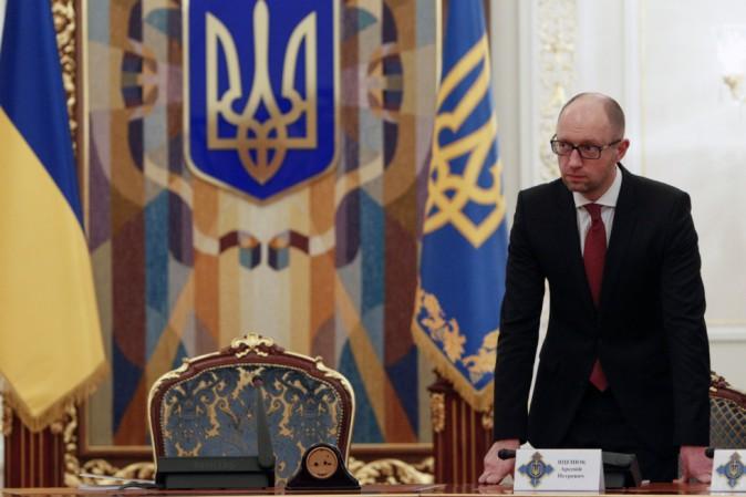 Abbandonato da tutti, si dimette premier ucraino Yatseniuk