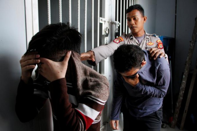 Indonesia: Aceh, fustigate a due gay