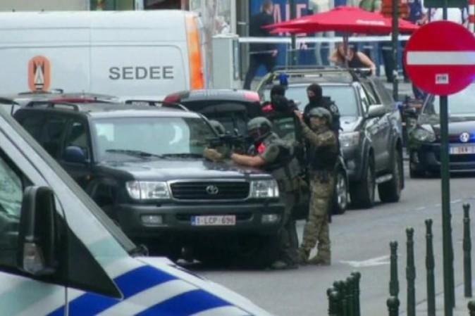 Bruxelles: polizia ferma uomo con cappotto e fili in evidenza