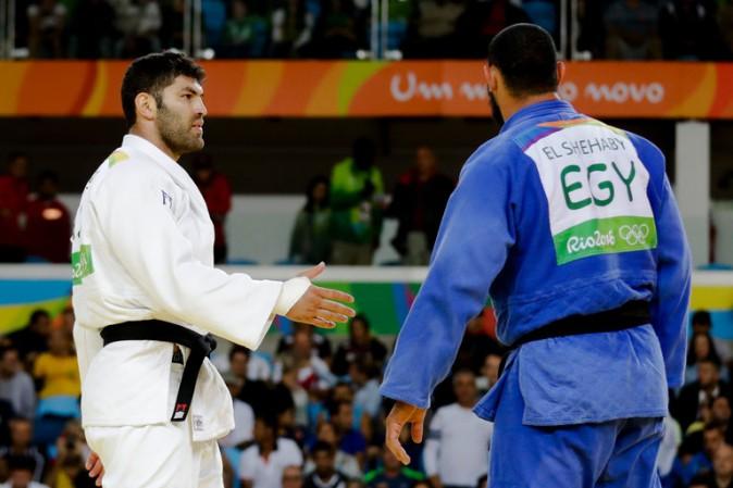 Rio 2016, il judoka egiziano rifiuta la stretta di mano dall'israeliano