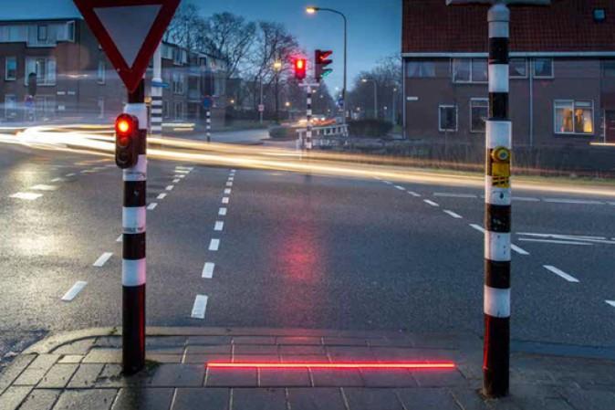 Semafori installati sul manto stradale per i pedoni distratti dal cellulare