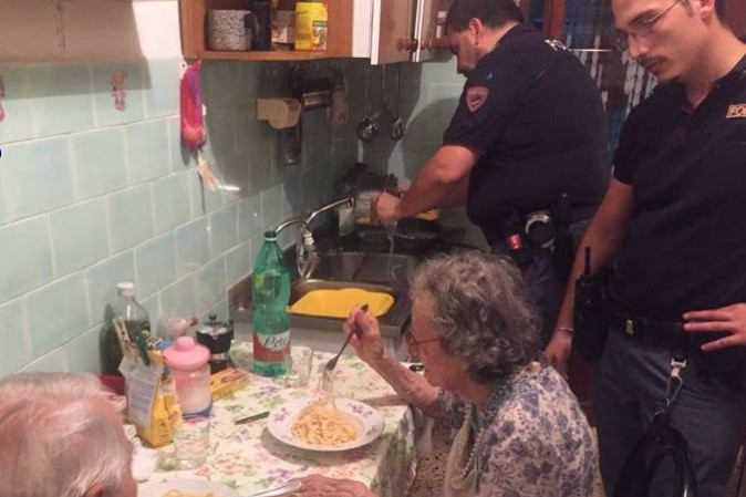 Roma, poliziotti preparano la pasta al burro per due anziani soli