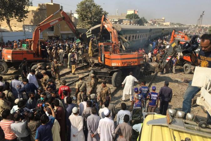 Scontro fra due treni in Pakistan: almeno 17 i morti