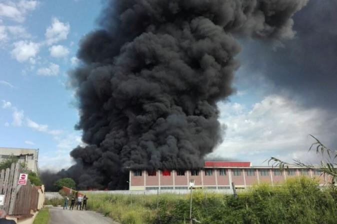 (FOTO) Pomezia, vasto incendio devasta la EcoX. Paura per la nube tossica