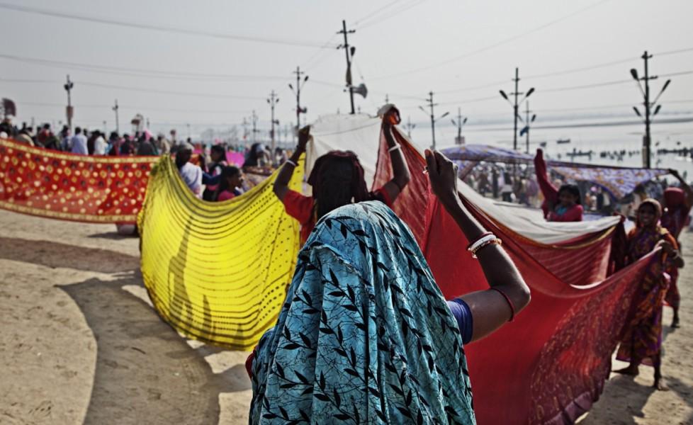 Il grande rito del kumbh mela tpi - Donne al bagno pubblico ...
