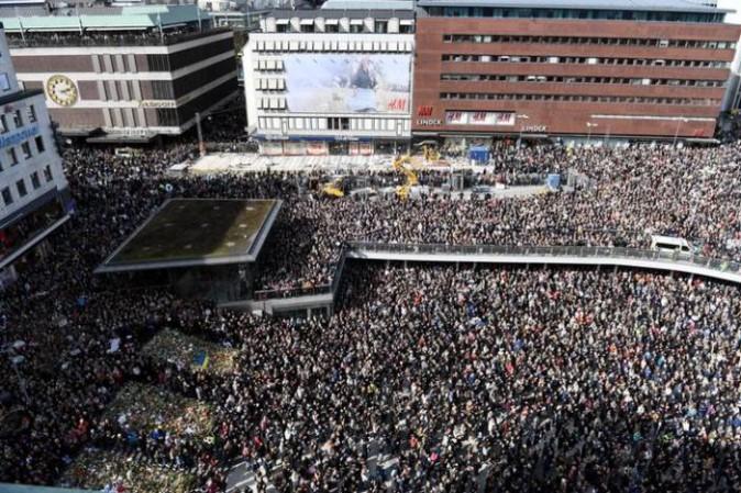 Attentato Stoccolma: arrestato autista camion, 4 i morti dimensione font +