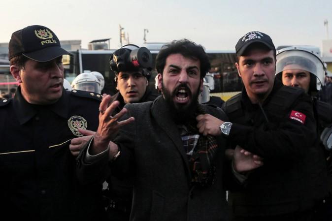 Turchia, attentato davanti allo stadio di Istanbul: 13 morti