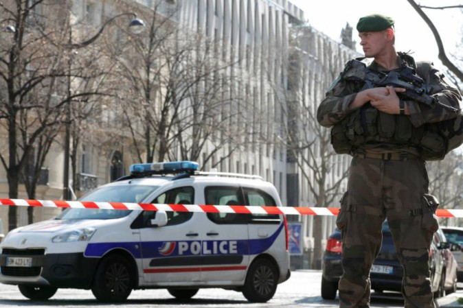 Allerta bomba al tribunale di Parigi