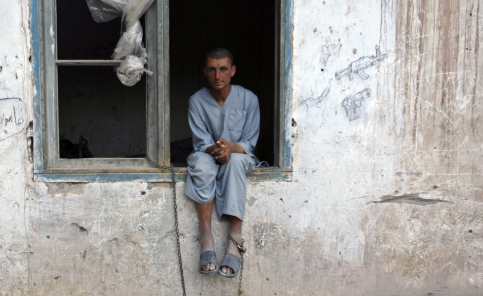 un uomo incatenato alla finestra del centro psichiatrico di jalalabadorig main | contattolab.it