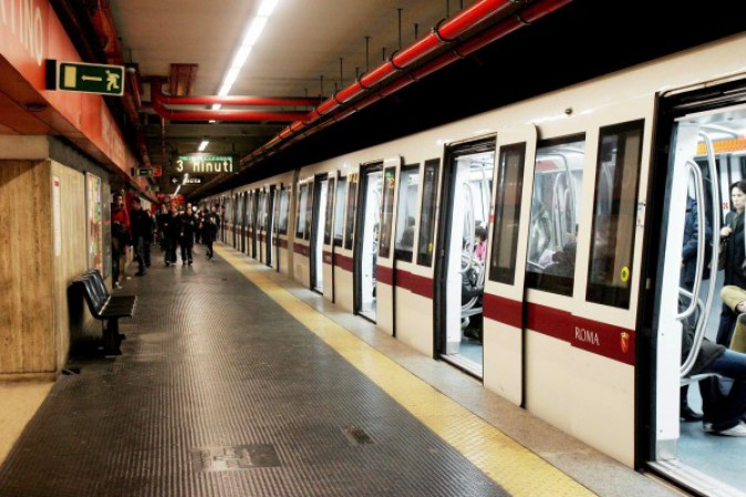 Pazzo in metro a Roma aggredisce due persone per una sigaretta