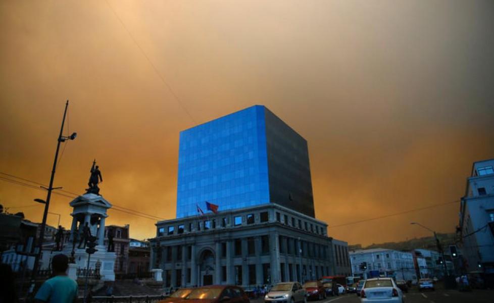 Cile, grande incendio a Valparaiso: 19 feriti, a fuoco almeno cento case